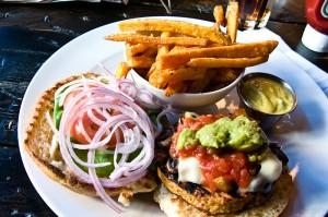 Burger végétarien. Source : Wikimedia Commons